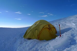 палатка на седловине Хана