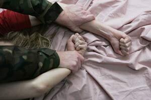 Молодой парень во Владивостоке изнасиловал знакомую девушку