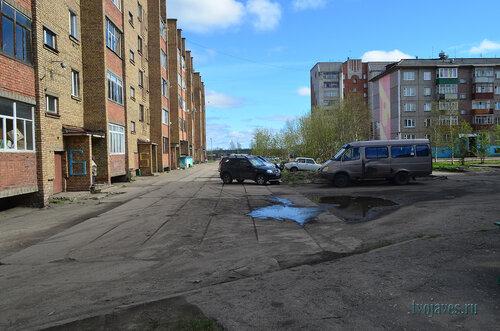 Фото города Инта №6932  Двор (западная сторона дома) Куратова 62 10.06.2014_15:40