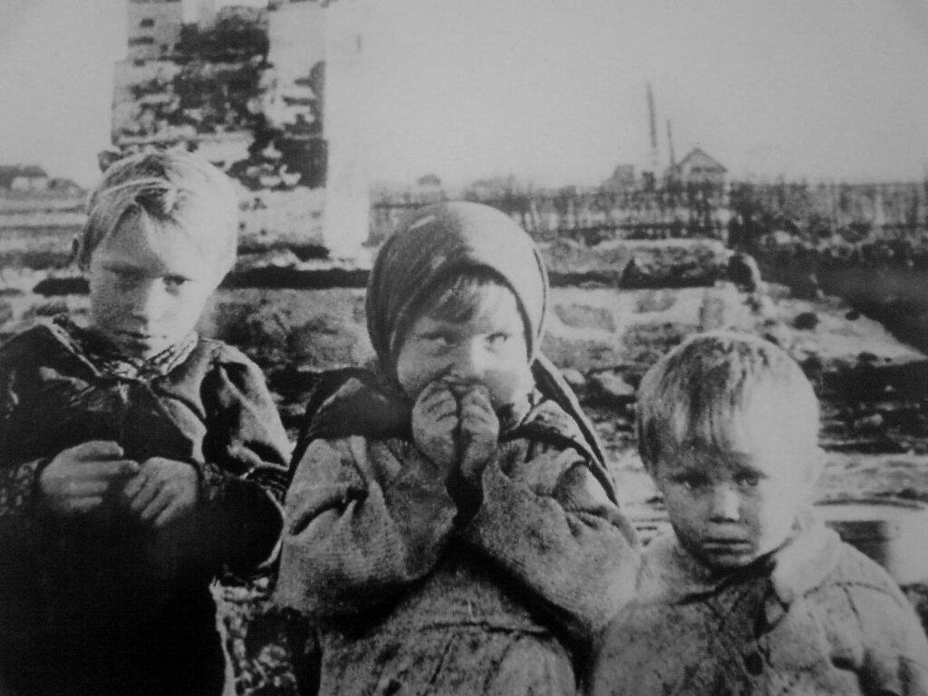 Дети у руин дома в белорусской деревне Лозоватка. 1944 г.