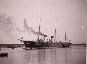 Императорская яхта Штандарт под брейд-вымпелом императора Николая II в портовом бассейне.