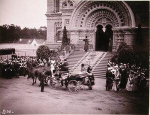 Группа военных придворных, казаки собственного его императорского величества конвоя, горожане встречают прибывающих для освящения Морского собора императора Николая II и императрицу Александру Федоровну.