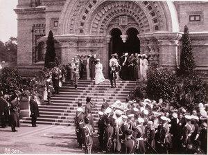 Император Николай II, вдовствующая императрица Мария Федоровна (на ступенях ), императрица Александра Федоровна, великий князь генерал-адмирал Алексей Александрович выходят из Морского собора по окончании литургии.