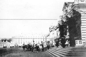 Император Николай II на коне и группа членов императорской фамилии у подъезда Екатерининского дворца на параде.