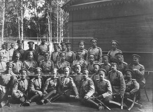 Группа офицеров батальона с императором Николаем II.