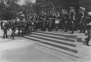 Прощание офицеров со старым штандартом у полковой церкви  в день 200-летнего юбилея полка.