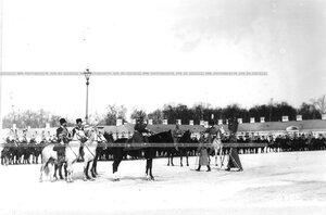 Император Николай II на параде полка во время отнесения штандартов в строй.