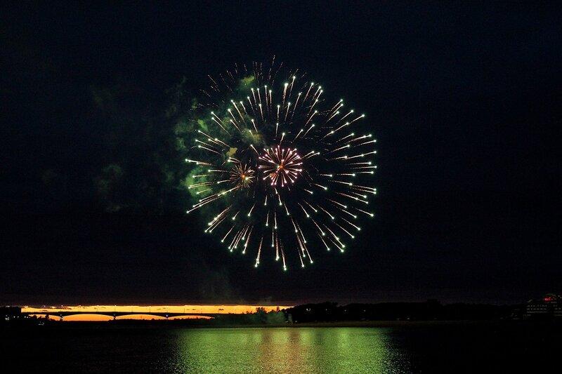 Зелёные шары. Фестиваль фейерверков-2014 в Кирове.