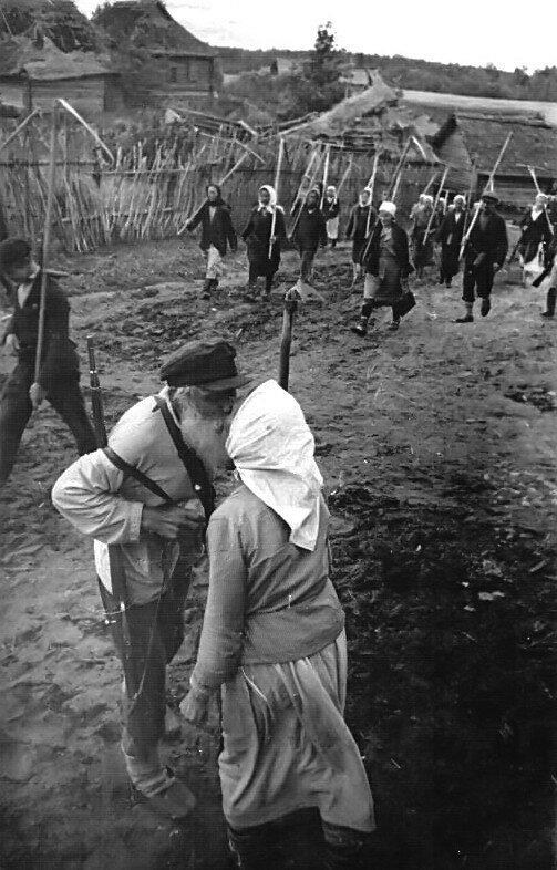 19-Колхозники партизанского колхоза отправляются на сенокос. 07-08.42.jpg