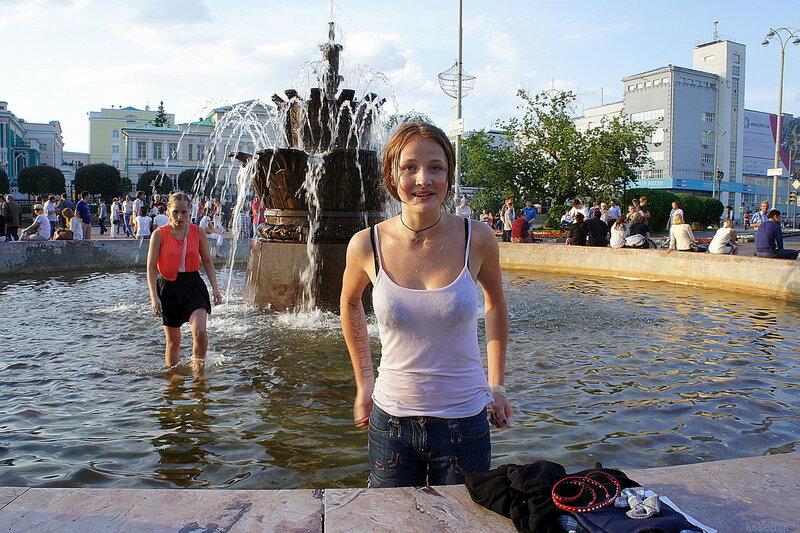 Русалки в фонтане.