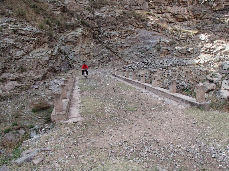 мост  в горах инь шань, внутренняя монголия, китай