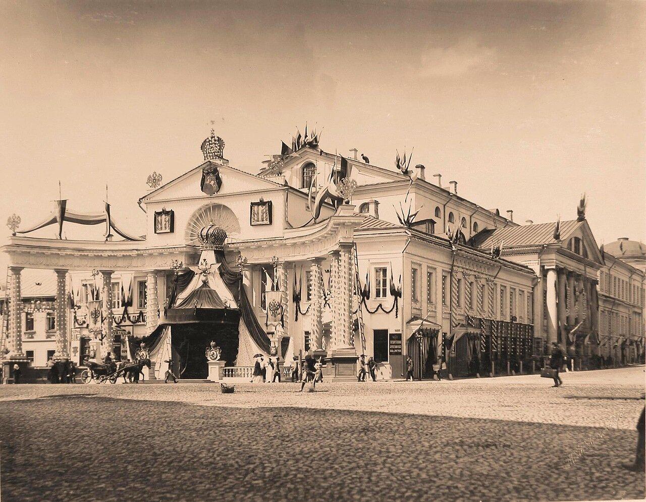 Вид углового фасада здания Московского Дворянского собрания, украшенного к тожествам коронации фасад по Большой Дмитровке иллюминирован, оформлен флагами и гербами