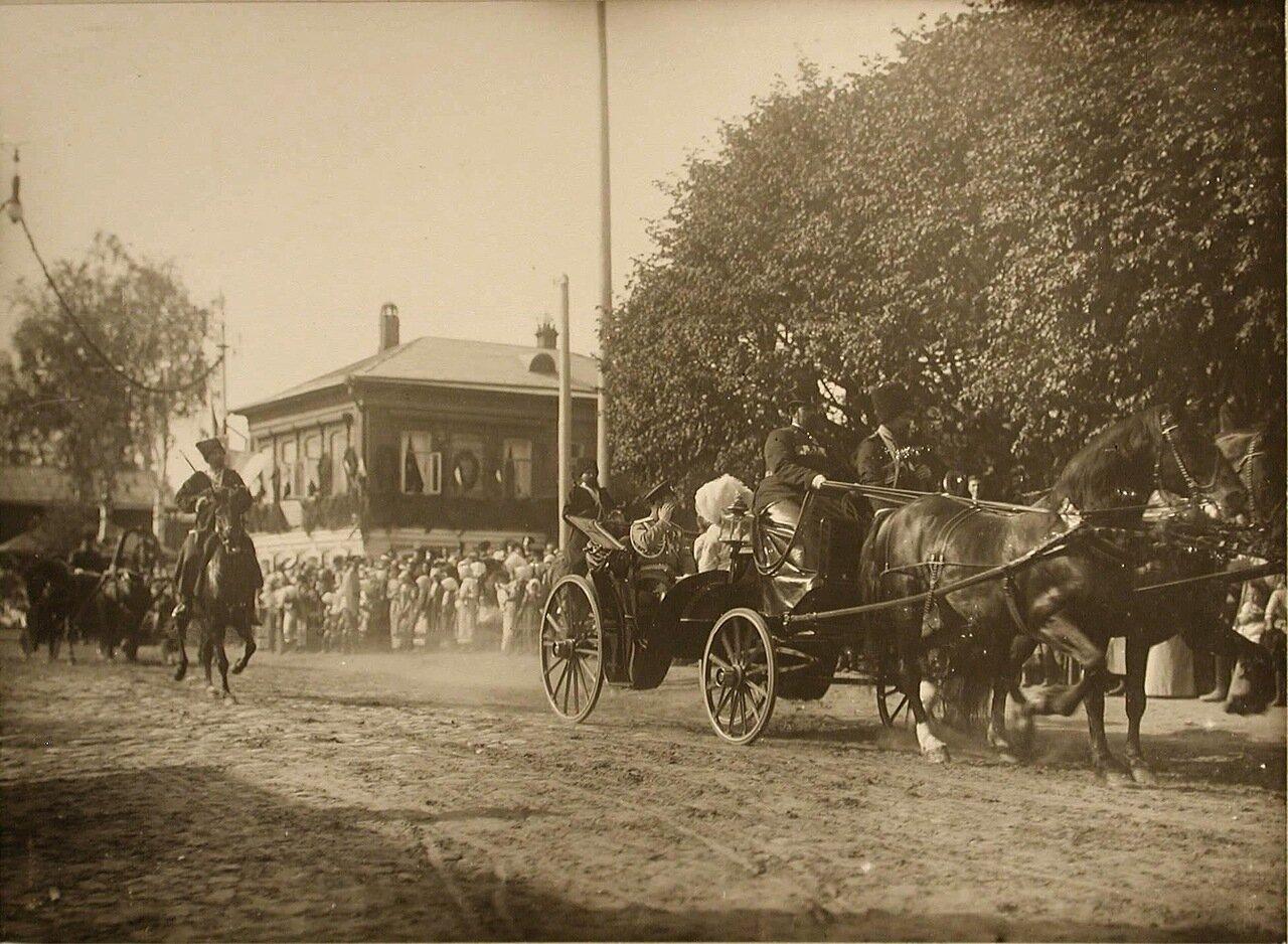 14. Жители города приветствуют императора и императрицу, направляющихся к храму Воскресения на дебрях в экипаже