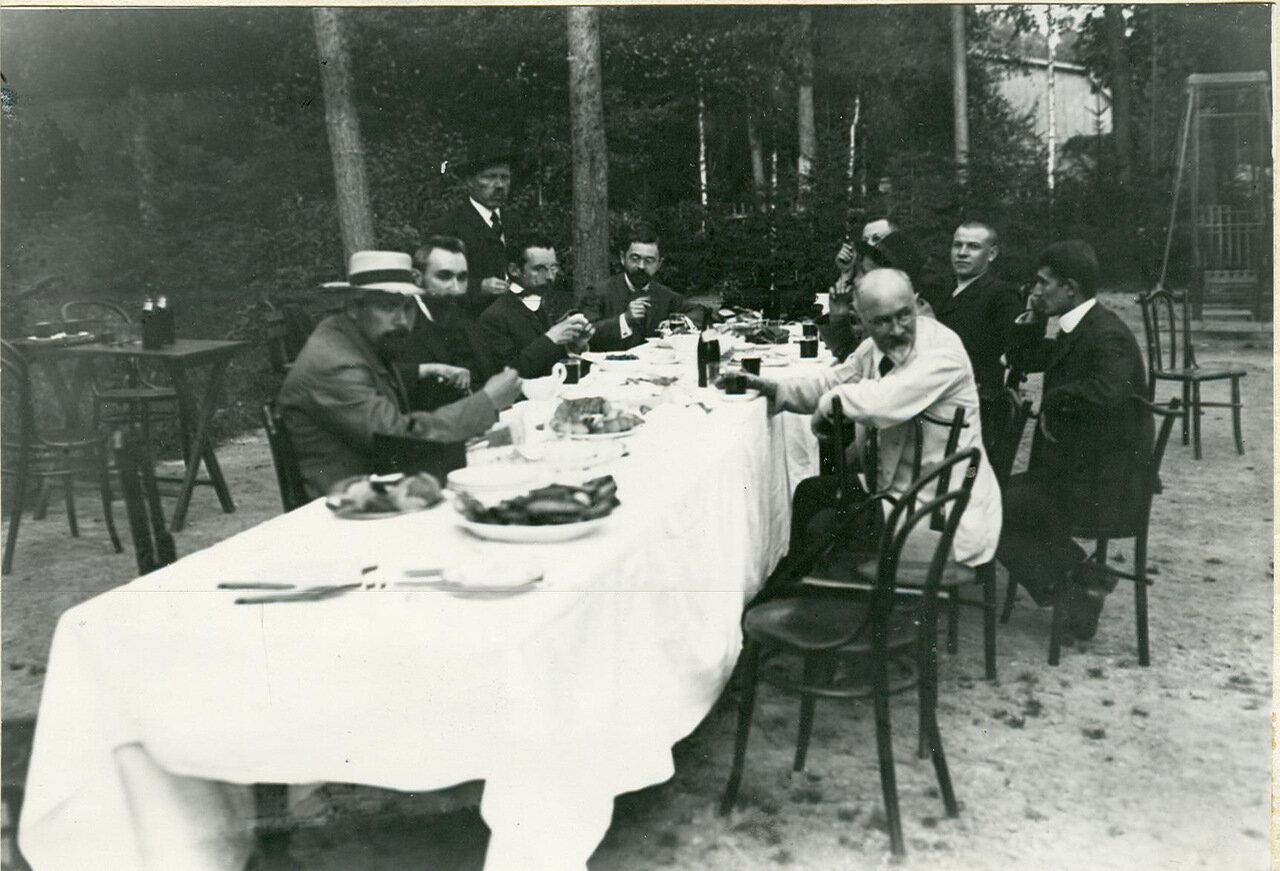 Группа депутатов Первой Государственной думы - участников Териокского совещания за завтраком