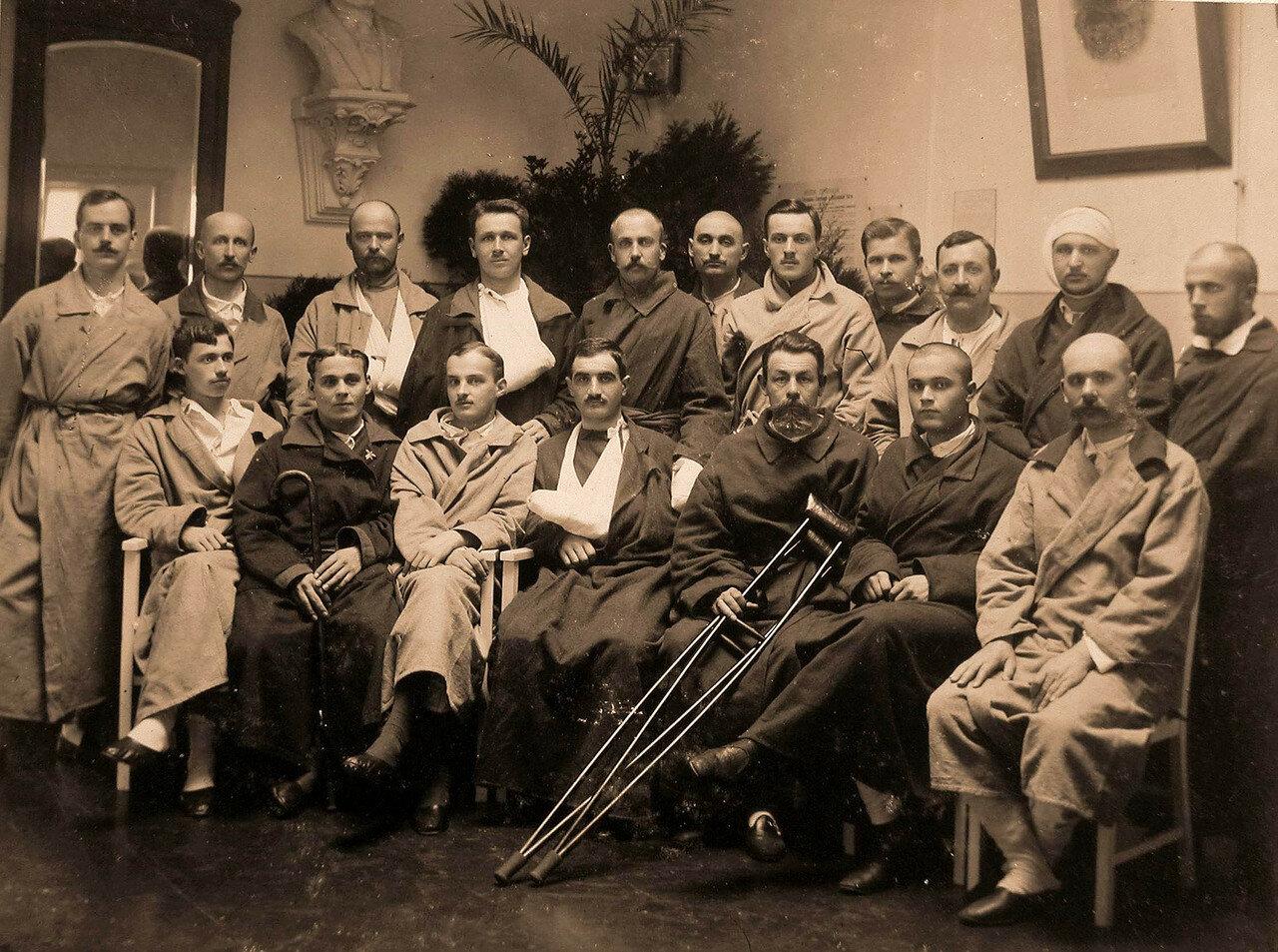 06. Группа раненых офицеров в вестибюле лазарета