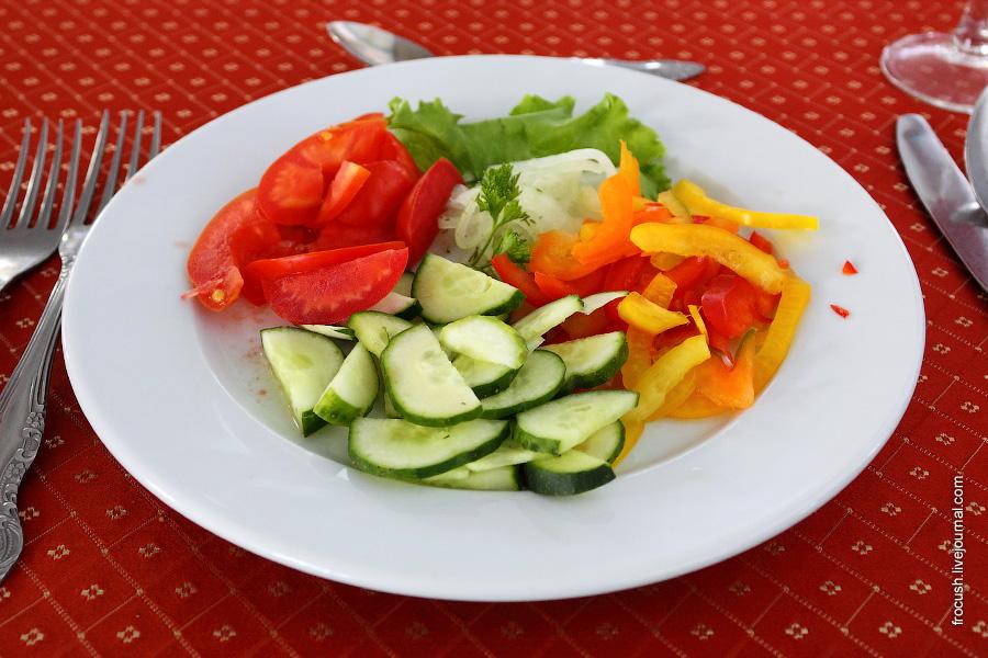 Салат из свежих помидоров со сладким перцем (огурец, помидор, перец сладкий, лук, салатная заправка)