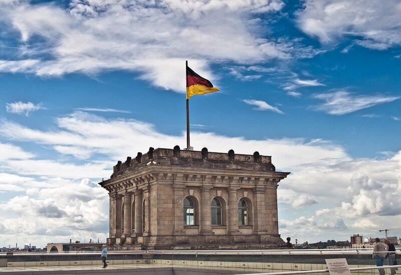 фотографииберлин, германия отчёт, германия фотоотчёт,  фотографии Рейхстага в Берлине, Знамя над рейхстагом, флаг над рейхстагом