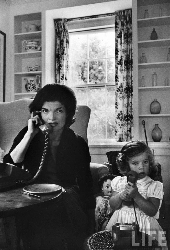 Jackie and Caroline Kennedy.Photographer:Alfred Eisenstaedt