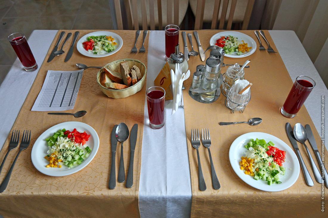 обеденный стол ресторана теплохода Русь Великая