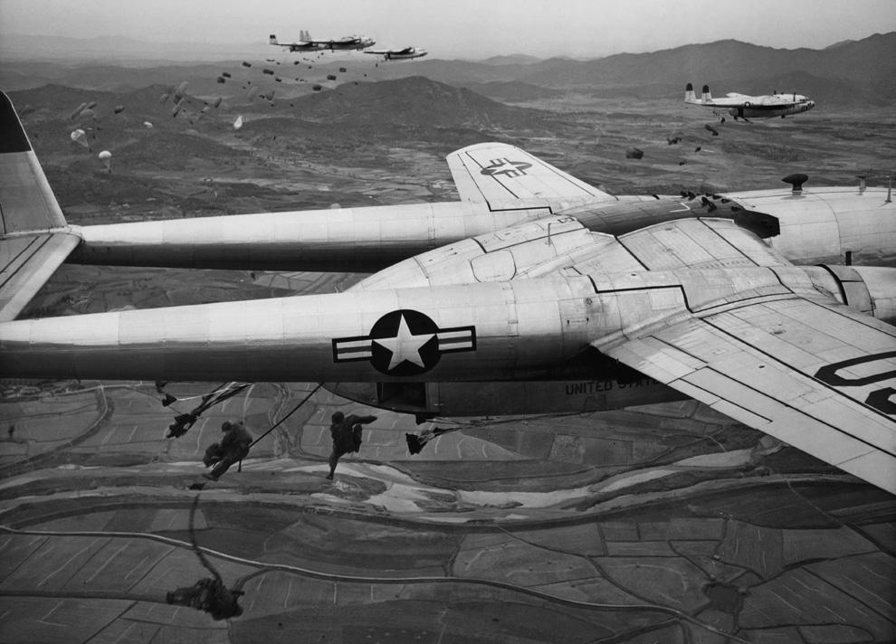 Парашютисты прыгают с транспортных самолетов C-119 американских военно-воздушных сил во время проведения операции на Корейском полуострове, октябрь 1950 года. (AP PhotoMax Desfor).jpg