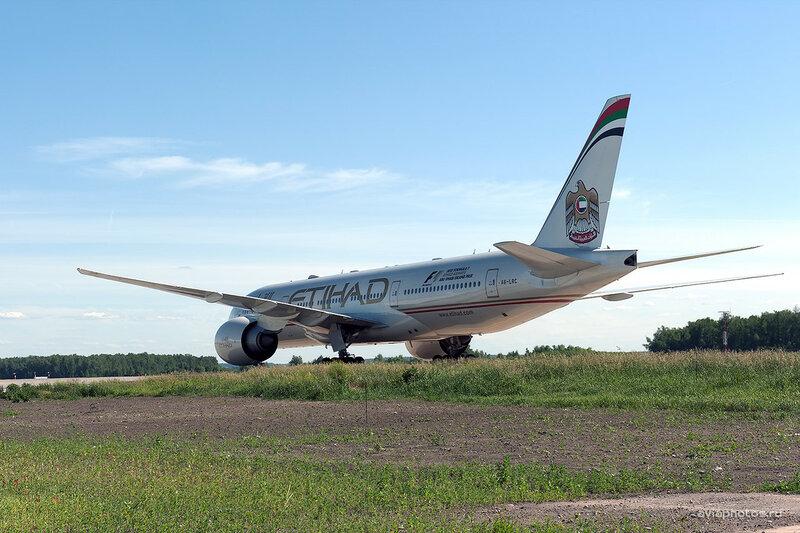 Boeing 777-237/LR (A6-LRC) Etihad D701088