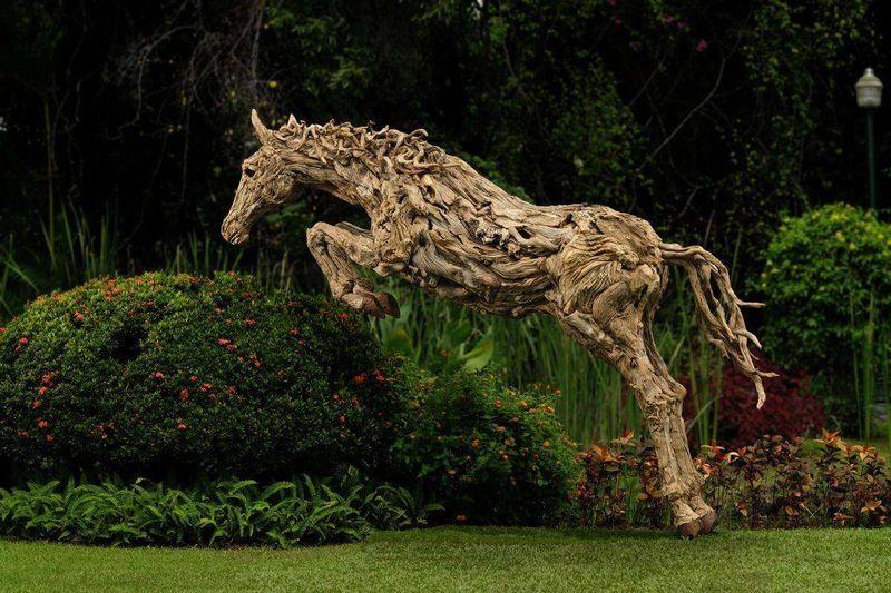 Художник превратил коряги в прекрасные скульптуры движущихся животных