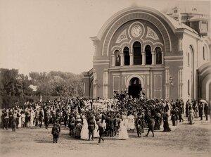 Император Александр III, императрица Мария Федоровна, лены императорской фамилии, сопровождающие их лица среди группы местных жителей после выхода из собора.