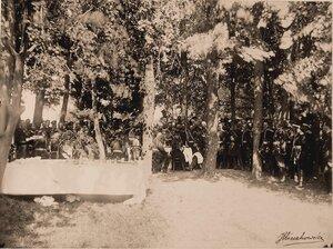 Император Александр III (во главе стола), императрица Мария Федоровна (рядом с ним) в группе военных чинов во время обеда в лесу.
