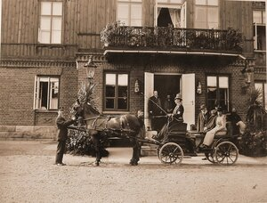 Император Александр III и императрица Мария Федоровна в экипаже перед входом в охотничий дом.