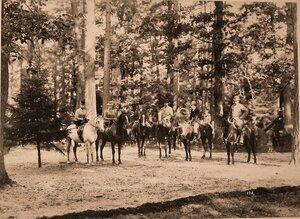 Группа участников охоты в лесу; крайняя слева - великая княжна Ксения Александровна, рядом с ней - императрица Мария Федоровна.