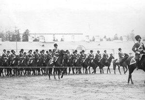 Строй казаков 1-ой Его Величества Уральской сотни проходит церемониальным маршем во время парада лейб-гвардии Сводно-Казачьего полка.