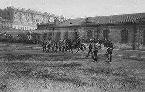 Вольтижировка солдат на плацу во время конных состязаний во дворе казарм.