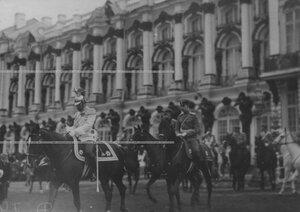 Император Николай II в мундире полка верхом на коне на плацу перед Екатерининским дворцом на параде полка. Справа - великий князь Дмитрий Павлович.