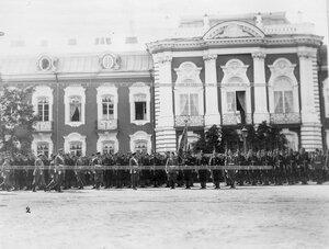 Император Николай II проходит вдоль выстроившихся для парада полков.
