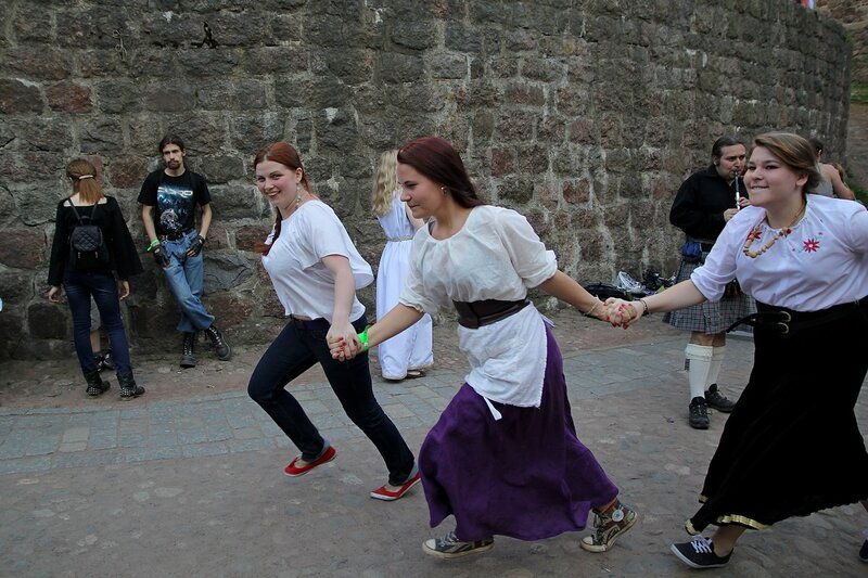 хороводная игра змейка - фестиваль фолка и средневековой культуры «Майское дерево 2014»