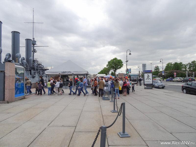 На крейсер пускают экскурсии, и в этот выходной день туда скопилась внушительная очередь туристов.