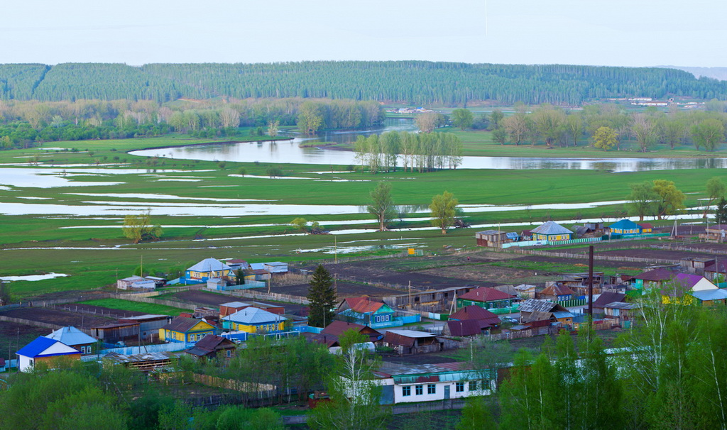 Панорама башкирской деревни. Снято на объектив Nikon 70-300 с камерой Nikon D5100. Настройки: ISO 100, ФР=86, f/13, выдержка 1/8 секунды, снято со штатива Sirui T-2204X-G20X.