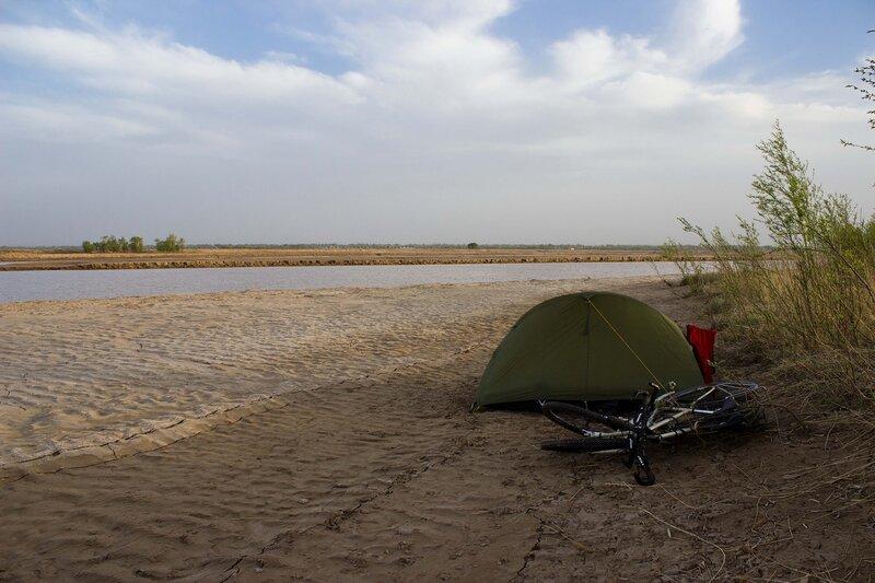 палатка на берегу реки хуанхэ в долине Хэтао, Внутренняя Монголия, Китай