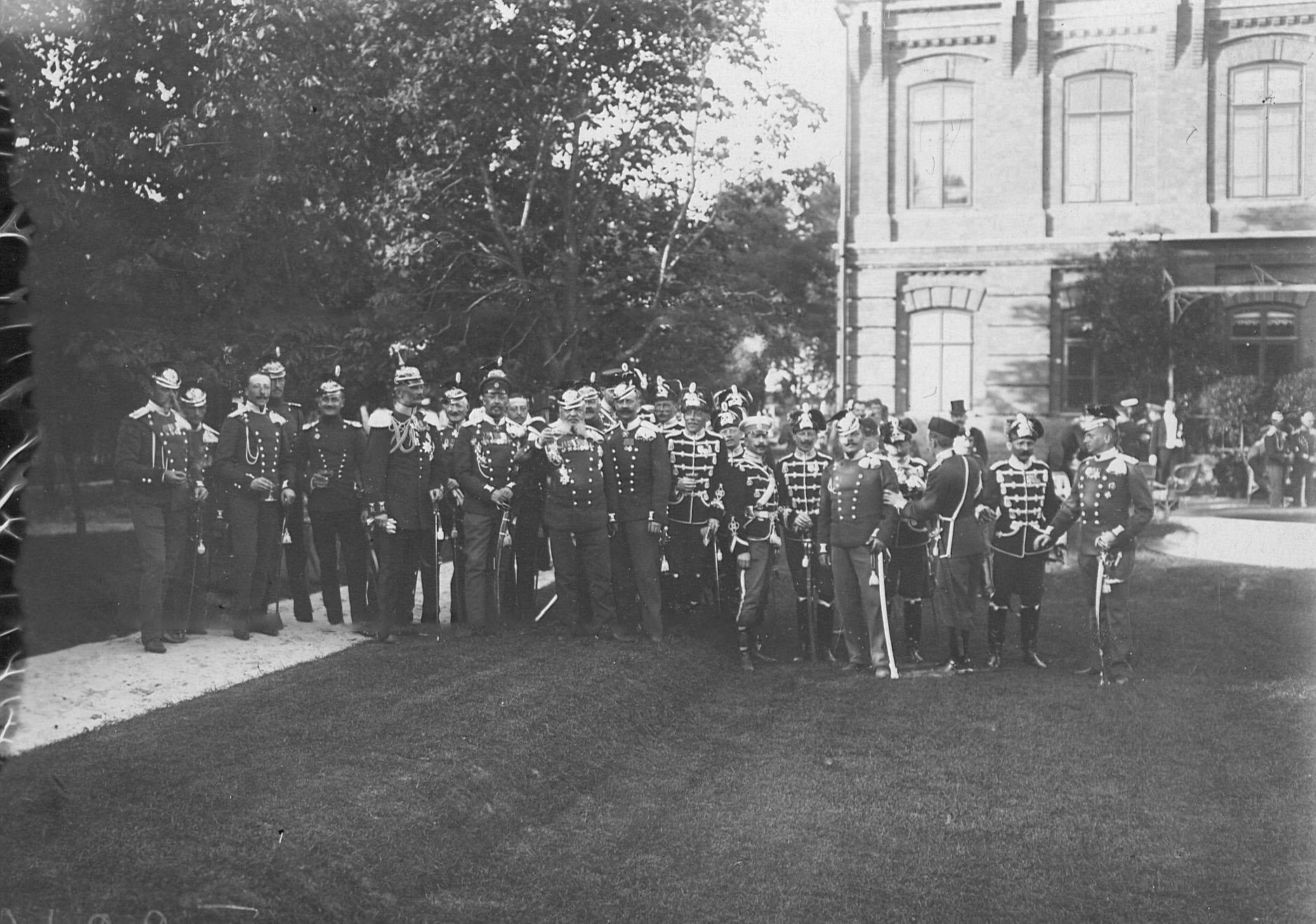 Группа прусских офицеров , приехавших на празднование 250-летнего юбилея полка, у дворца