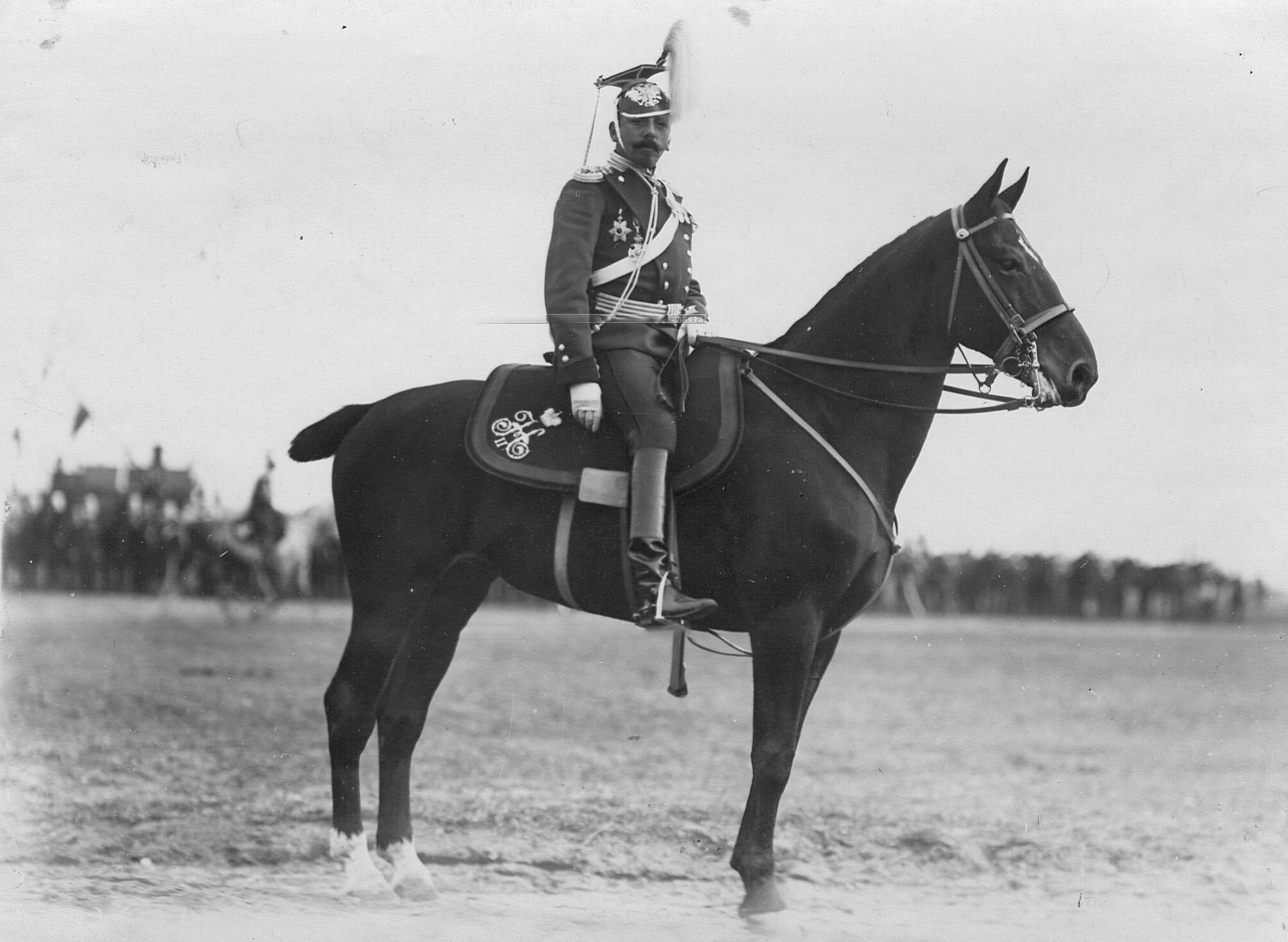 Офицер Уланского полка  на лошади в день празднования 250-летнего юбилея полка