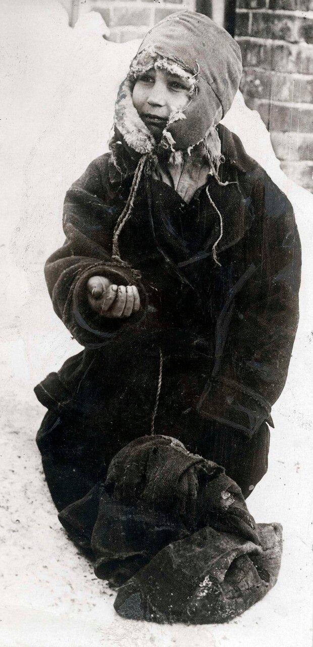 1924. Беспризорник, просящий подаяние