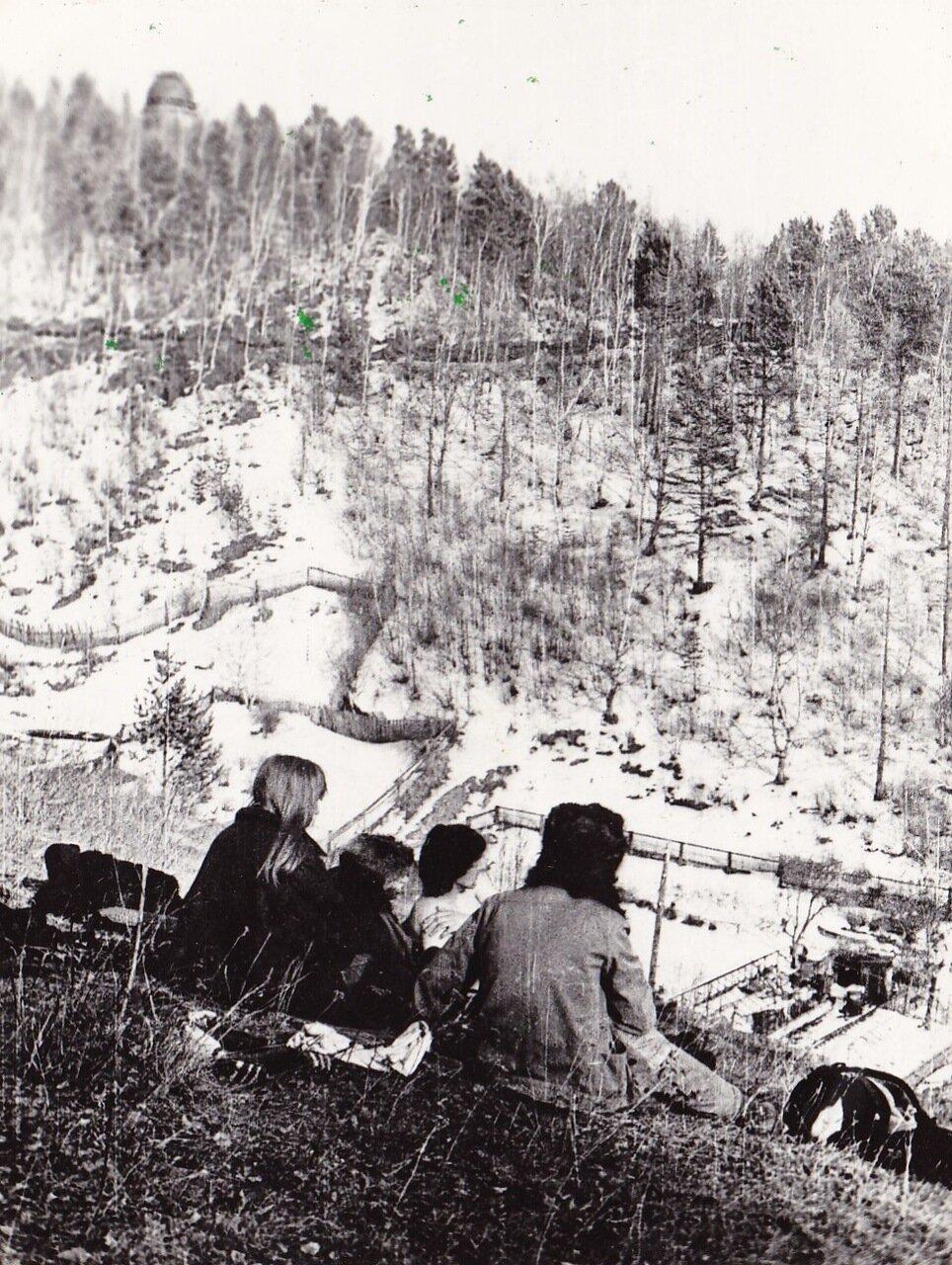 1989. Янка на Байкале в поселке Листвянка. Я считаю ее самой атмосферной фотографией из всего байкальского сета