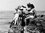 28380007.jpg    Отец с мамой, Любой, Ромкой и Андрюшкой. Севастополь, сентябрь 1977 г.