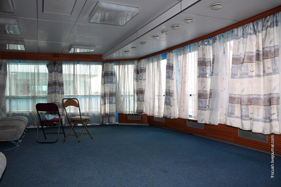 Читальный салон в носовой части средней палубы теплохода «Михаил Фрунзе»