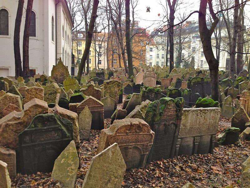 Многослойные старое еврейское кладбище Праги