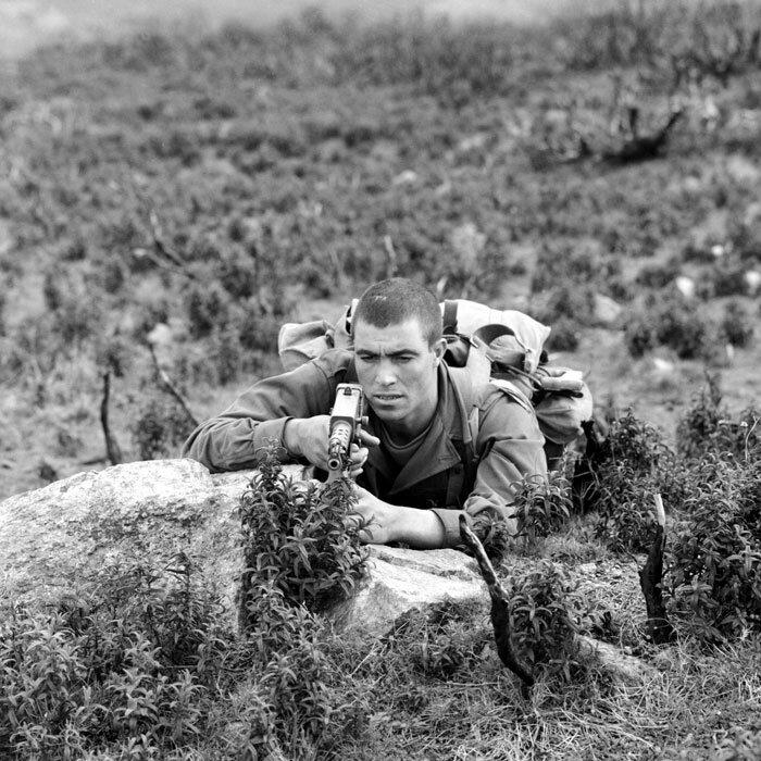 Armé d'un pistolet-mitrailleur MAT 49, un légionnaire du 2e REP (Régiment Etranger de Parachutistes) est posté au sein d'un groupe de combat lors d'un entraînement.