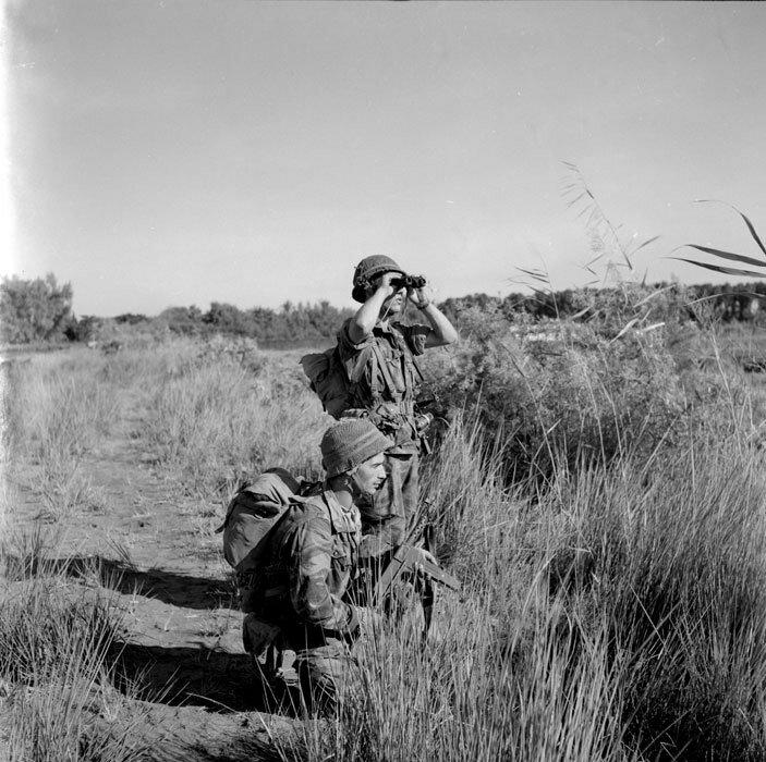 Deux soldats du 2e Régiment de parachutistes coloniaux (RPC) observent le terrain avant de progresser sur Port-Saïd, lors de l'expédition de Suez.