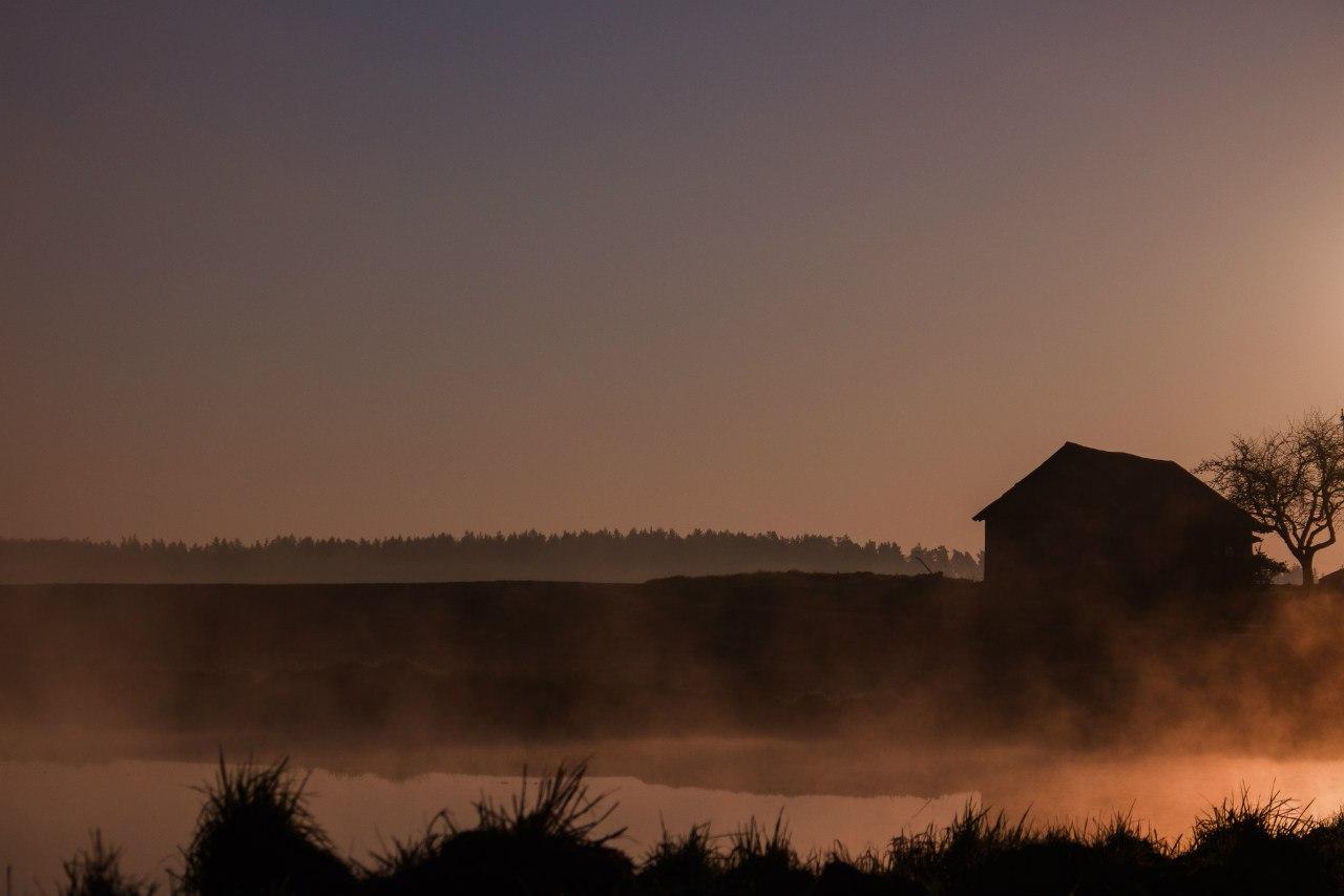 домик на берегу в тумане