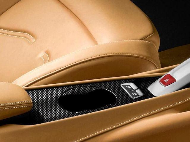 В модели Ferrari F12 предусмотрен ряд дополнительных опций, одной из которых является держатель для