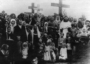 Группа женщин на могилах расстрелянных рабочих. 1912г. Ленские прииски.